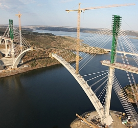 Tecozam begins the works of closing the arch's keystone of the Tajo viaduct