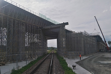 E210 deck viaduct executed in situ over railway track.