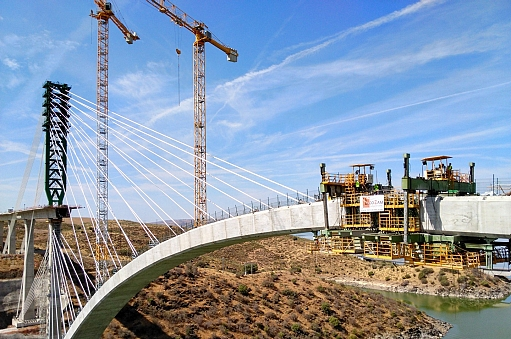 Tecozam proceeded to concreting the keystone of the arch over the Tagus river